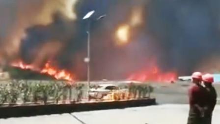 大理祥云县发生森林火灾 现场火势猛烈浓烟遮天蔽日