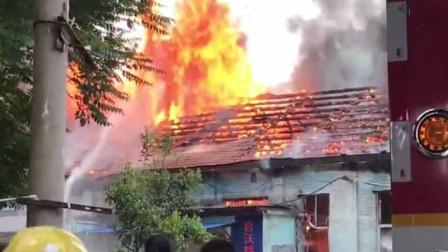 """突发!西安一房屋""""火冒三丈"""" 消防员紧急灭火"""