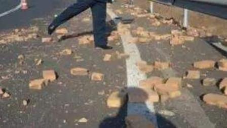 """19岁姑娘街上行走 """"从天而降""""一堆砖块将其砸倒"""
