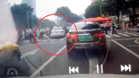 广州一轿车撞向行人致13伤 肇事女司机被控制