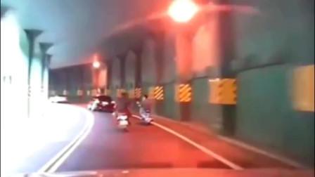 作死男子隧道骑摩托车,只顾和朋友聊天不看路!当场就悲剧了!