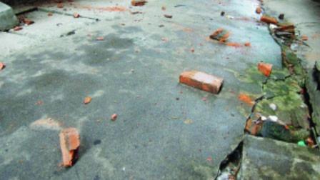 """19岁姑娘街边行走 """"天降横祸""""一堆砖块将其拍倒"""