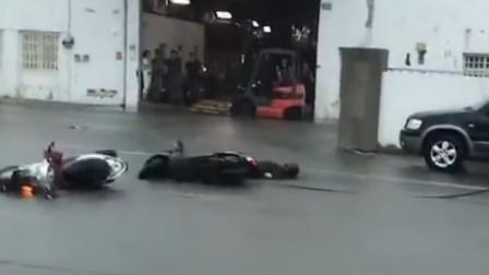 雷雨导致电线垂落 男子骑车脚着地瞬间被电晕
