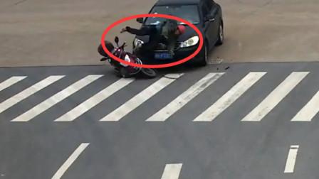惊险!浙江一骑手被撞后卷入车底 安全头盔救其一命