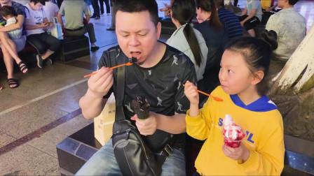 """李大神 试吃""""欧洲暗黑冰淇淋"""",桐桐吃了后舌头变黑了。"""