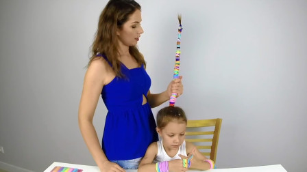 给头发扎100根皮筋会怎样?国外宝妈往女儿头上做实验,网友:好长的棍子