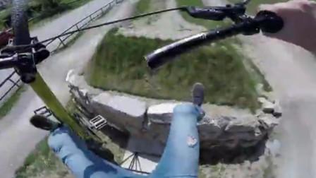 山地自行车选手腾空飞越表演 车把空中突然解体