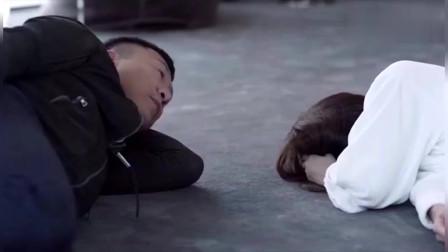 美女躺地上伤心的哭泣?