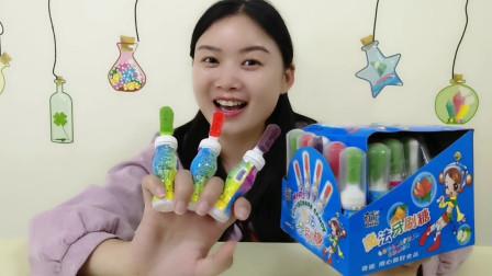 """妹子吃""""魔法牙刷糖"""",奇特的造型有创意,硬糖与果酱好喜欢"""