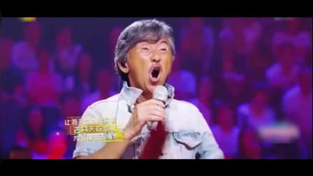 这才是真正的殿堂级歌手,一开口唱醉全场大咖,成龙都忍不住合唱