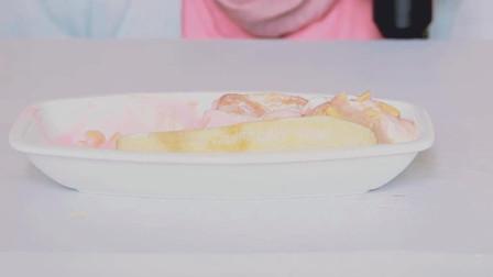 外国女人吃食物、花生和香蕉冰淇淋, 发出咀嚼声音。他们吃得太贪婪了。