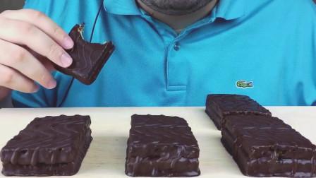 外国美食哥哥, 吃巧克力涂层软糖蛋糕, 嚼起来声音大, 吃起来太甜了