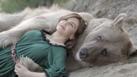 """动物也有灵?面对难过的老人,熊不停的""""安慰""""他!"""