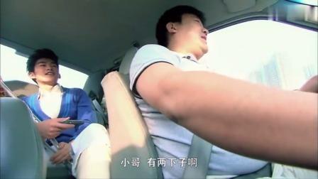 帅哥瘸着一条腿还不安分,坐出租一直指挥司机超车,这下出事了吧