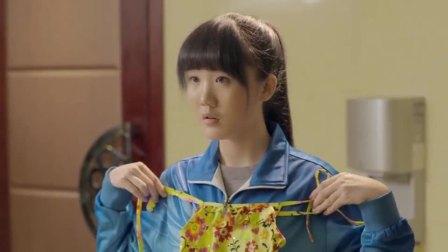 女学生去试镜当演员,导演让她去换衣服,女孩看到这几块布傻了!