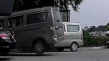 【重庆】面包车转弯不减速 撞上其他车辆飞上花台