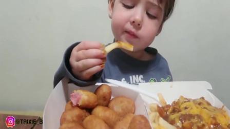 萌娃吃播,把嘴里塞得满满的,真是个小吃货!