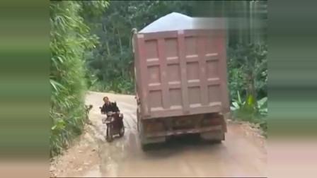 女子心真大,还不赶紧加油远离大货车!