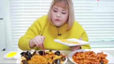 《韓國美食》小胖妞在家吃超多貽貝海鮮面和糖醋肉,色澤看起來太誘人