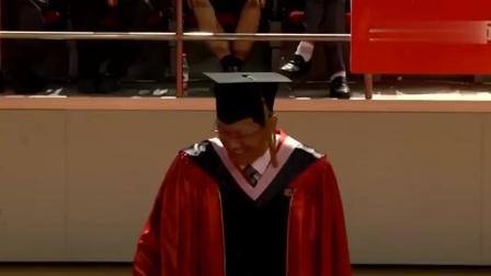 毕业典礼上校长是最幸福的人,男学生亲完女学生亲,校长猝不及防!