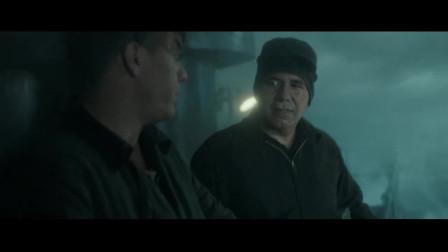 怒海救援:小伙用另类方法使船转弯,如果失败铁链会把人给劈成两半!