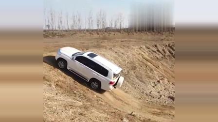 同样是日系车,陆巡和普拉多差距有多大?试一试爬坡你就知道了!