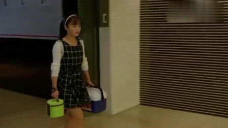 小别离:女儿特意来公司给妈妈送饭,正好碰见了海清领她上楼!