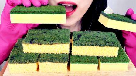 生活漫话 美女吃创意美食,看着像双面海绵擦