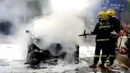 【重庆】宝马轿车突发自燃 火势凶猛浓烟滚滚