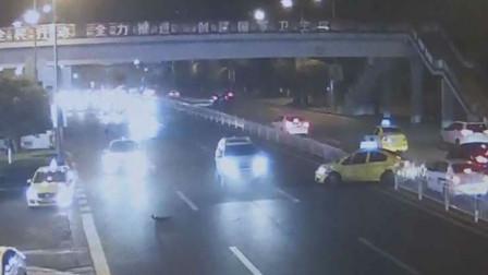 【重庆】不满出租车强行加塞 男子将其撞出行车道