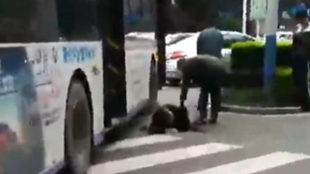 【重庆】老人左脚被公交车压伤 受伤严重已送医治疗