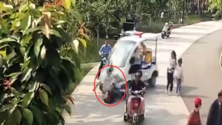 公园巡逻电瓶车失控 将游客和孩子一路碾向绿化带