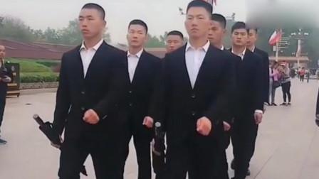 天安门前巡逻的黑衣人,手里拿的是什么,走起路来很帅气!