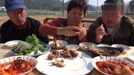 《韩国农村美食》一家三口吃饭,炖猪蹄配上酸辣小菜,儿子吃得很开心