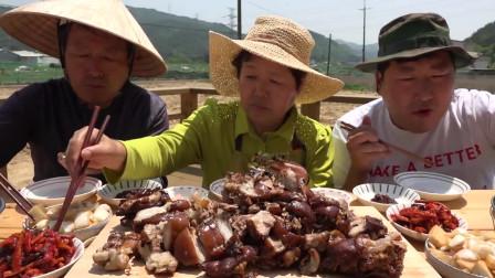 韩国农村一家人真会享受,大猪蹄这样的吃法,太香了
