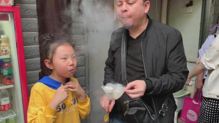 """李大神 桐桐和大神在磁器口吃""""冒烟冰淇淋"""",真的会冒烟哦。"""