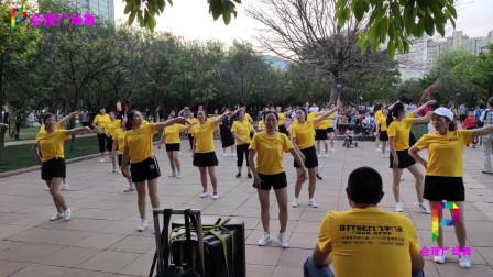 公园时尚大妈齐跳火爆广场鬼步舞《狂浪》舞步专业,好看好学!