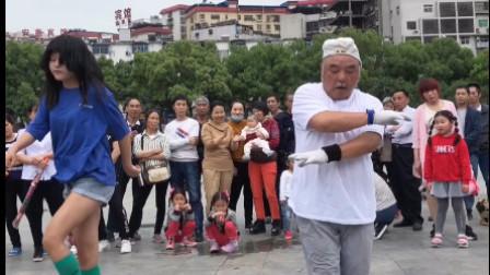 爷爷在广场跳鬼步舞,妹子突然上来跳了起来和爷爷一起斗舞。谁跳的更牛?