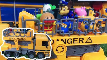 升降运输车玩具车拆箱试玩 工程车升降机带小猪佩奇汪汪队看风景
