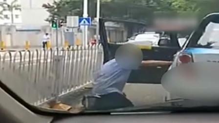 的哥当街给醉酒乘客下跪 拍摄者:疑到达目的地不肯下车