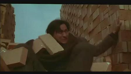 天与地:帅哥从草垛里跑出来去抓人,结果摔倒在砖墙里