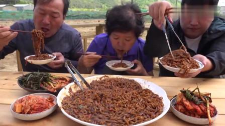 《韩国农村美食》小伙和父母在地头吃炸酱面,家常饭也吃的很香