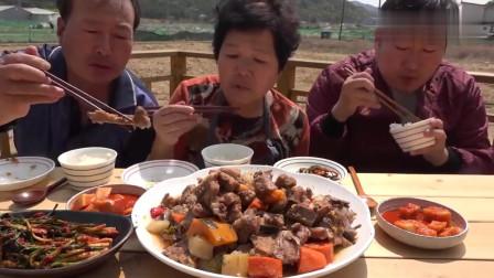 《韩国农村美食》乡下人过节,炖一锅胡萝卜牛骨,三口人越吃越香