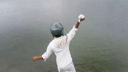 印度不愧是开挂的民族:小哥将1斤钠丢进湖中,场面简直太壮观!