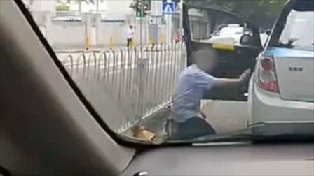 着急交班又被乘客刁难 的哥当街给乘客下跪