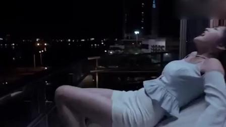 美女被冤魂索命,差点从高楼摔下,幸好有帅哥在