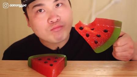 韩国大胃王胖哥,吃西瓜棒棒糖,这吞咽声听着就过瘾