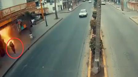 墨西哥男子路上行走突遇爆炸 埋在废墟下捡回一命