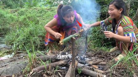 农村妹子钓来一条鳊鱼,炭火烤熟大方地请姐姐一吃,闻着都香