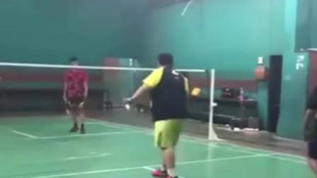 这位胖子羽毛球技术太高了!